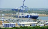 スリランカ、中国「負債トラップ」が露呈し、深刻な財政難に陥っている。写真は2015年2月、中国資本で建設されたハンバントタ港(LAKRUWAN WANNIARACHCHI/AFP/Getty Images)