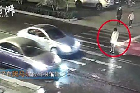 今年4月、河南省で横断歩道に立ち止まった女性は2度も車に轢かれ、死亡した。20数人が現場付近を通行したが、女性を救助する人はいなかった(ネット写真)