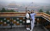 2017年3月、故宮を背景にスマートフォンを使って撮影する女性たち(WANG ZHAO/AFP/Getty Images)