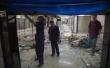 6月23日、人口抑制のため店舗を一斉追い払った北京動物園服装卸市場。(Photo credit should read NICOLAS ASFOURI/AFP/Getty Images)