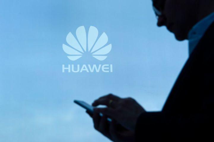 日本でも販売中のHuawei製の格安スマホにも、上海広昇信息技術が開発したソフトウェアが採用されている。(Photo credit should read LLUIS GENE/AFP/Getty Images)