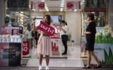中国人旅行客も多く訪れる韓国ソウル。5月、繁華街のコスメショップ前で宣伝する従業員。(ED JONES/AFP/Getty Images)