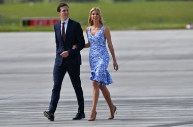 7月、G20サミットに参加するため、ドイツのハンブルクの空港に到着した、ドナルド・トランプ大統領の娘婿ジャレッド・クシュナー米大統領上級顧問と、娘のイバンカ・トランプ大統領顧問(BERND VON JUTRCZENKA/AFP/Getty Images)