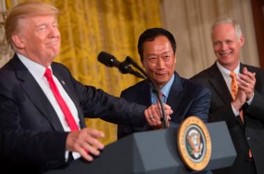 7月26日、鴻海の郭台銘会長とトランプ米大統領がホワイトハウスで記者会見を開き、総額100億ドル(約1.1兆円)に上る投資計画を発表した。(Photo by SAUL LOEB/AFP/Getty Images)