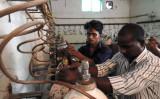 インド北部の病院で、入院していた子供たちが相次ぎ死亡。原因と疑われた酸素ボンベを調べる作業員(AFP/Getty Images)