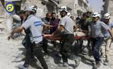シリアの民間救助隊「ホワイト・ヘルメット」隊員たちが7月21日、空襲で崩れたアレッポ市東部地域で負傷した人を救助(NEWSIS)