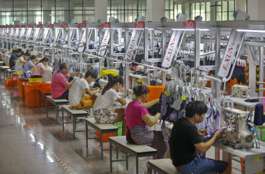 福建省晋江にある中国の縫製工場。2017年7月撮影。 (STR/AFP/Getty Images)