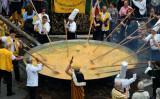 8月15日、ベルギーの街で恒例行事となった巨大オムレツ作りが行われた(THYS/AFP/Getty Images)