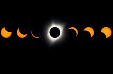 8月21日、北米で皆既日食が見られた。太陽の満ち欠けを合わせた画像(STAN HONDA/AFP/Getty Images)