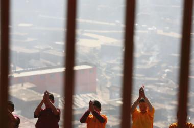 四川省甘孜州の五明佛学院で拝む僧侶たち。(Getty Images)