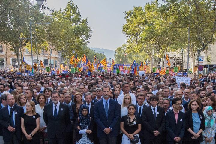 反テロ行進の先頭に立つスペイン王フィリペ6世(中央)(David Ramos/Getty Images)