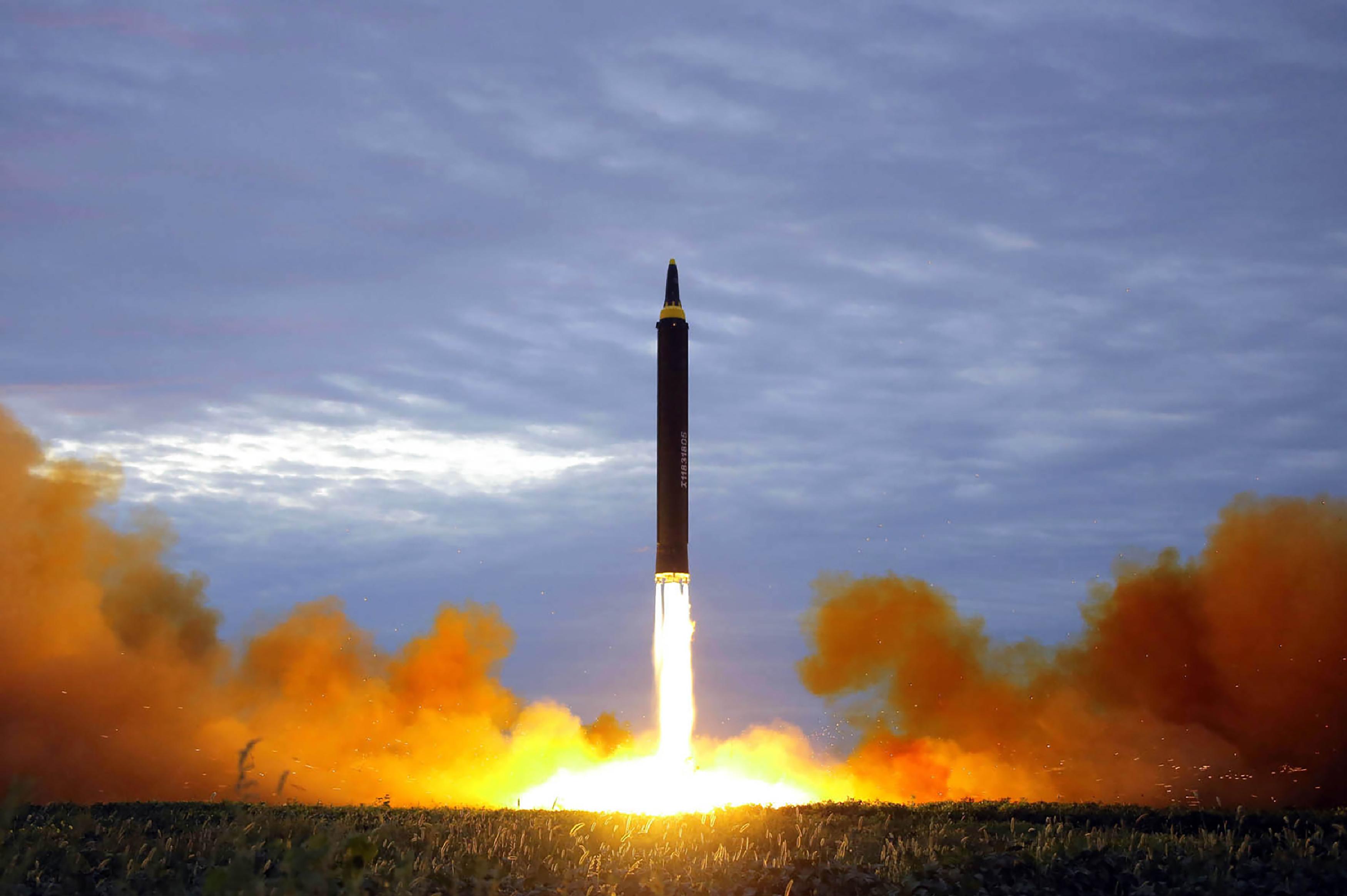 北朝鮮は9月15日、ミサイルを発射した。写真は8月29日に発射された中距離ミサイル。(STR/AFP/Getty Images)