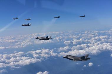 編隊飛行をするF-35Bと航空自衛隊のF-15(U.S.F.K. Facebook)