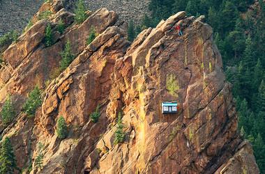 危険と隣り合わせの場所に現れたストア(37.5 Cliffside Shop ホームページ)