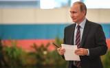 2020年9月10日、統一地方選が行われた。プーチン大統領も投票する(YURI KADOBNOV/AFP/Getty Images)