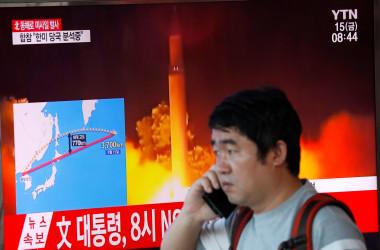 9月15日、北朝鮮は15日朝、日本上空を通過する弾道ミサイルを再び発射した。ミサイルは首都・平壌付近から東へ約20分間飛行し、北海道襟裳岬の東方約2200キロの太平洋上に落下した。 ソウルで撮影(2017年 ロイター/Kim Hong-Ji)