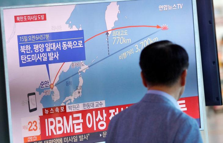 9月15日、日韓両国によると、北朝鮮は午前6時57分ごろ、弾道ミサイルを発射した。日本政府は同ミサイルが北海道上空を通過し、襟裳岬の東約2000キロの太平洋上に落下したと発表した。 ソウルで撮影(2017年 ロイター/Kim Hong-Ji)