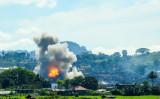 9月17日、過激派組織が占拠するフィリピンのミンダナオ島内の地区を空爆するフィリピン空軍(FERDINANDH CABRERA/AFP/Getty Images)