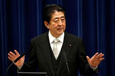 9月19日安倍晋三首相は、8%の消費税率を予定通り2019年10月から10%へ引き上げると同時に、増税分の使いみちを変更する方針だ。写真は8月、首相官邸で(2017年 ロイター)