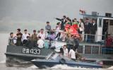 9月13日、北朝鮮経済は、中国による燃料輸出削減など、貿易面での締め付けによる打撃を受けつつある兆候を見せている。写真は9日、中朝国境の鴨緑江で船に乗る北朝鮮の人々。中国丹東から撮影(2017年 ロイター/Jacky Chen)