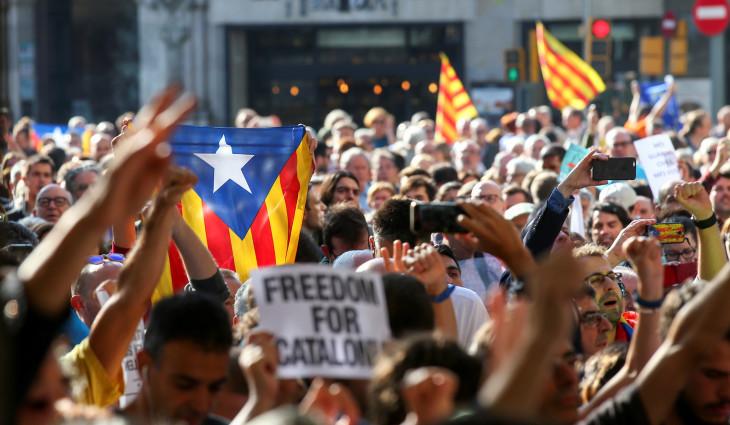 9月20日、スペイン警察当局は、カタルーニャ自治州の複数の官庁を初めて捜索し、同自治州の経済担当閣外相を逮捕した。写真は逮捕に抗議する人々、バルセロナで撮影(2017年 ロイター/Albert Gea)