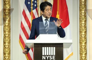 9月20日、訪米中の安倍晋三首相は北朝鮮に対し、核・ミサイル開発を中止するよう圧力をかけ、各国が団結して制裁を科す必要があると述べた。ニューヨーク証券取引所で撮影(2017年 ロイター/Amr Alfiky)