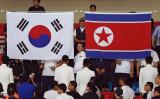 9月21日、聯合ニュースによると、韓国は、北朝鮮に対する800万ドル相当の人道支援計画を承認した。写真は韓国と北朝鮮の国旗。韓国のインチョンで2014年9月撮影(2017年 ロイター/Issei Kato)