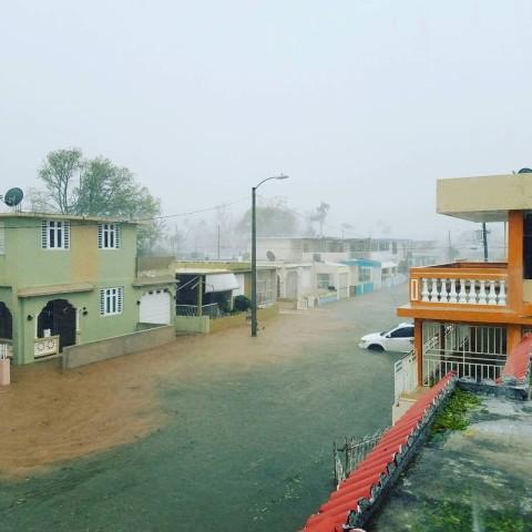9月20日、大西洋上で発生した大型ハリケーン「マリア」は、米自治領プエルトリコに上陸し、大規模な洪水被害をもたらした。島ではほぼ全域で停電が発生している。提供写真はマリア通過後の街の様子(2017年 ロイター)