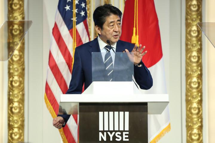 2017年、米ニューヨーク証券取引所で演説する安倍首相(当時)(Amr Alfiky)
