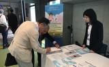 第23回世界神経学会議で署名する医師(葉妙音/大紀元)