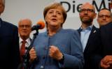 9月24日、ドイツ連邦議会(下院)選挙の投開票が行われ、出口調査によると、メルケル首相(写真中央)率いるキリスト教民主・社会同盟(CDU・CSU)が第1党の座を維持し、首相の4選が確実になった。ベルリンで撮影(2017年 ロイター/Kai Pfaffenbach)
