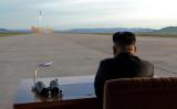 9月22日、北朝鮮外相が太平洋での水爆実験の可能性に言及したことについて兵器専門家は、理屈の上ではあり得るが、極めて挑発的な行動である上、大きなリスクを伴うとの見方を示した。写真は、中距離弾道ミサイル「火星12」の発射を見守る金正恩朝鮮労働党委員長。KCNAが16日提供(2017年 ロイター)