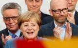9月24日、ドイツ連邦議会(下院)選挙の投開票が行われ、出口調査によると、メルケル首相率いるキリスト教民主・社会同盟(CDU・CSU)が第1党の座を維持し、首相の4選が確実になった。写真は勝利を喜ぶベルリンでのメルケル首相(2017年 ロイター/Fabrizio Bensch)