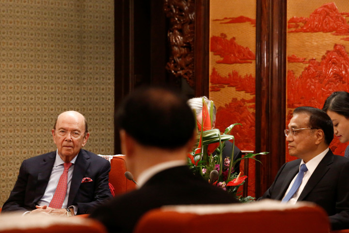 9月25日、ロス米商務長官(写真左)は、中国の李克強首相(右)と会談し、トランプ米大統領による訪中について、「非常に良い成果」を期待していると語った。(2017年 ロイター/Thomas Peter)
