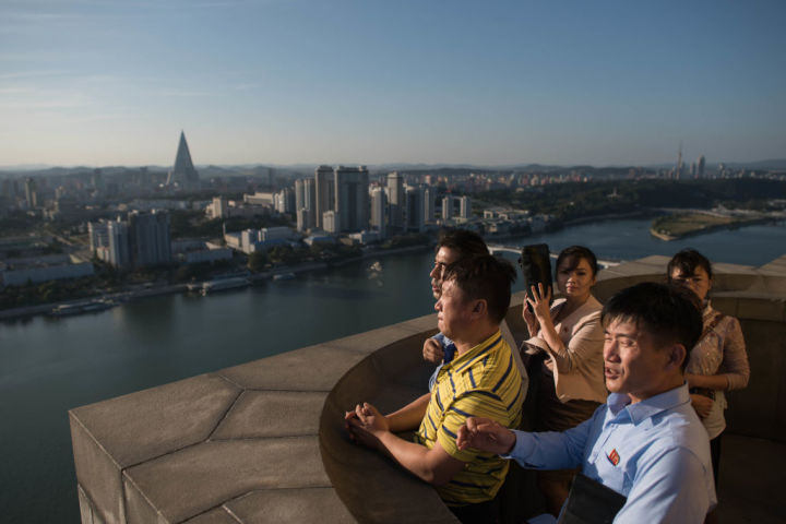 高台から平壌の街を望む観光客、2017年9月撮影(ED JONES/AFP/Getty Images)