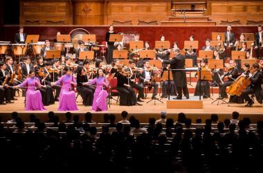 神韻交響楽団9月22日の台北公演で、二胡奏者・孫璐さん、王真さん、戚暁春さんは演奏を披露(大紀元)