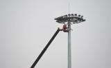 天安門広場前を監視するカメラを調整する作業員、2015年7月撮影(GREG BAKER/AFP/Getty Images)
