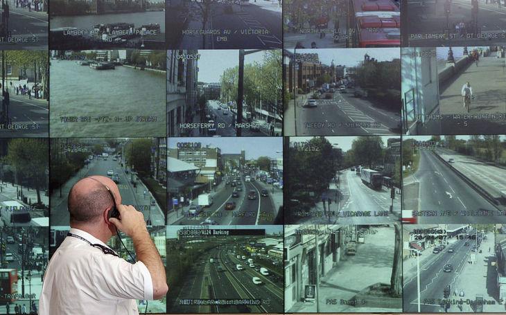 2007年、ロンドン市内を監視するカメラからの映像を映すスクリーン(Matt Cardy/Getty Images)