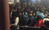 華山の登山口でごった返している観光客。(ネット写真)