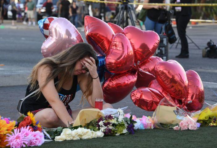 現代米国史上最悪の乱射事件が米ネバダ州ラスベガスで発生した。犠牲となったカントリーミュージックのコンサート鑑賞者たちに、哀悼の意をささげる女性(MARK RALSTON/AFP/Getty Images)