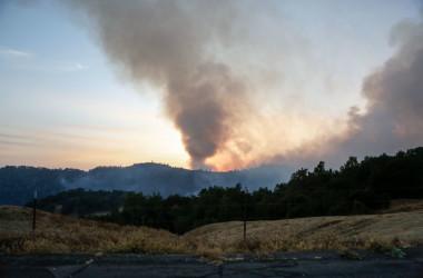 10日、カルフォルニア州サンタロザの野火(AMY OSBORNE/AFP/Getty Images)