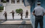 朝鮮半島の南北国境警備兵(AFP/Getty Images)