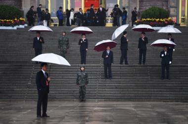 10月18日、中国共産党第19回大会が開催された。写真は開会前、警備に当たっている私服警察官(GREG BAKER/AFP/Getty Images)