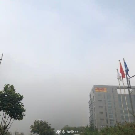 党大会ブルーならず、北京の空は大気汚染により灰色に染まった。北京の微博ユーザが撮影(Weibo)
