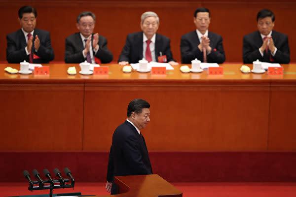 19大で長編演説を終えて着席する習近平国家主席