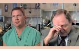 脳外科医のリー・ボウノさん(左)と彼を勇気づけた教師のアルバート・サイドレキさん(スクリーンショット/大紀元合成)