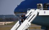 米トランプ大統領を乗せた米専用機エアフォースワンが11月5日午前、東京の横田基地に到着した(TOSHIFUMI KITAMURA/AFP/Getty Images)