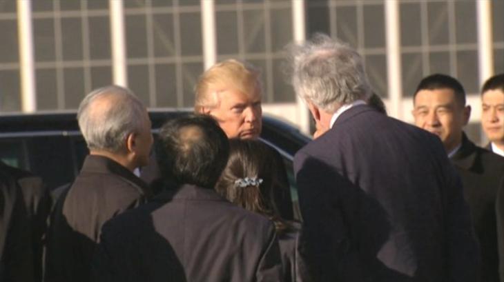 10日午前、北京の空港でエアフォースワンに乗り込む米ドナルド・トランプ大統領。42時間の滞在を終えベトナムへ(スクリーンショット)