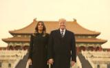 トランプ大統領とメラニア夫人は、明・清王朝の王宮「紫禁城」にある「太和殿」の前で記念撮影。(AP Photo/Andrew Harnik)
