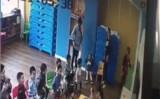 シートリップの社内託児所で白いズボンを履いた男の子が椅子に縛られる虐待を受けている。(スクリーンショット)